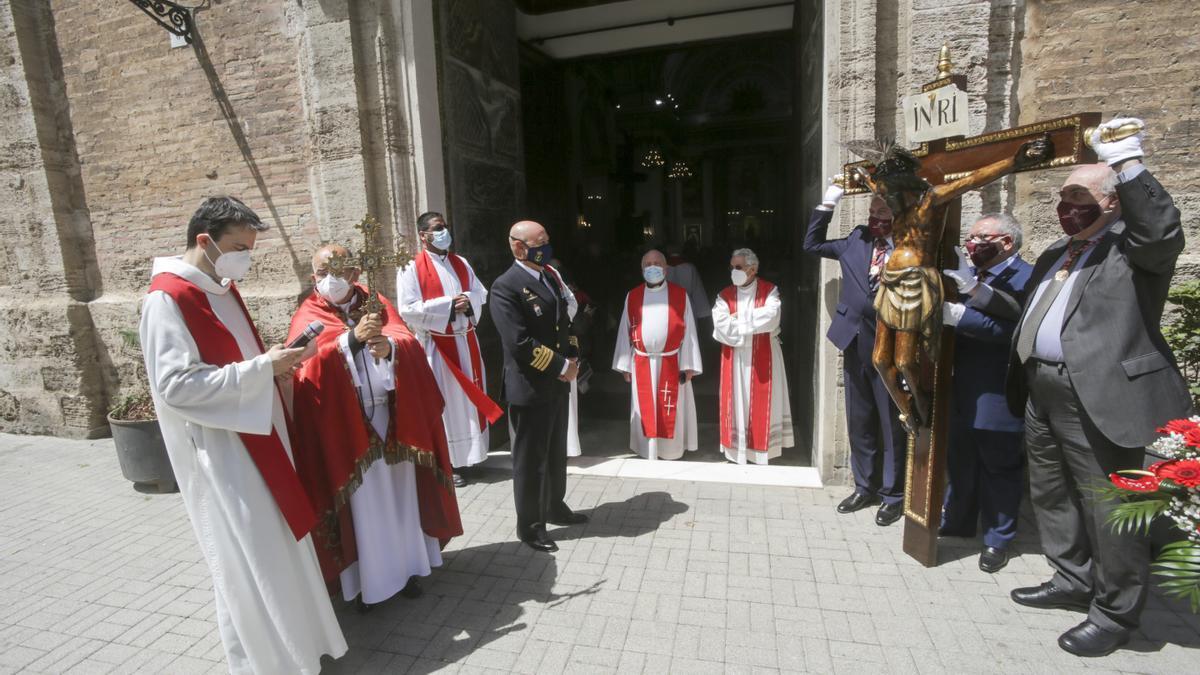 El Cristo del Grao, a la puerta de la iglesia del Grao