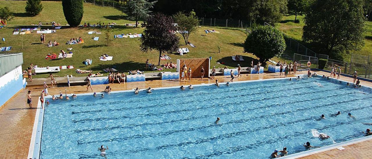 Usuarios de la piscina exterior de Pénjamo, en una imagen tomada en 2008. | Fernando Rodríguez