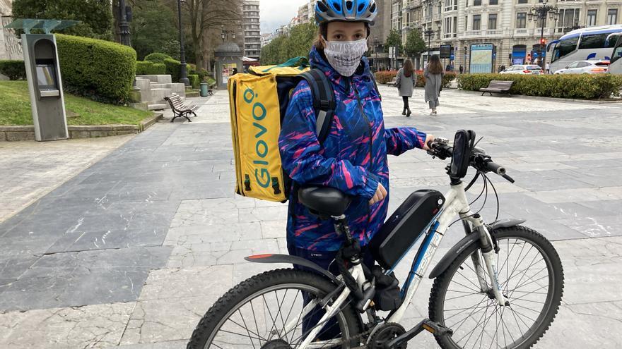 """Lara Martín, la repartidora de Glovo de Oviedo que vivió la pandemia en una bici: """"Me impresionaba ver la calle desierta"""""""