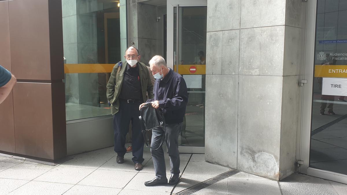Los sacerdotes José María Hevia, a la izquierda, y Manuel Ángel Acebal, esta mediodía, a la salida de los juzgados.