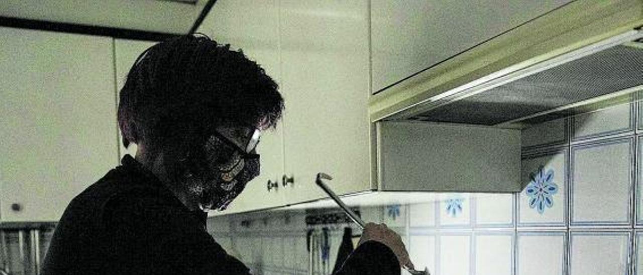 Una mujer utiliza linternas para cocinar debido a los cortes de luz.    // FERRÁN NADEU