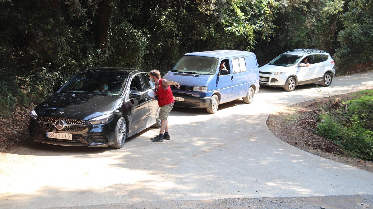 Pla general d'una cua de tres cotxes que volen accedir a l'aparcament habilitat per anar a les gorgues de Sadernes