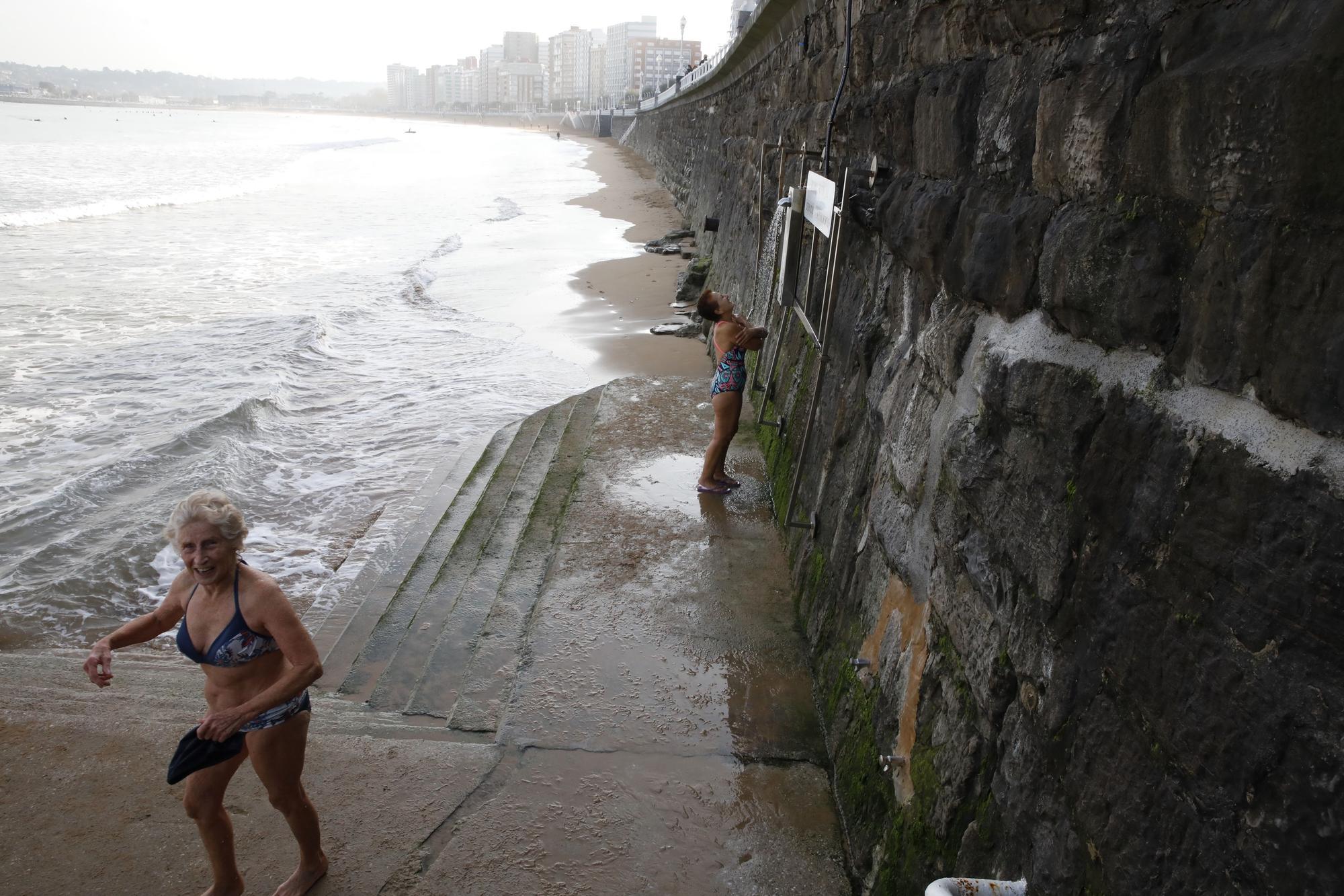 Los ba�istas de la Escalerona, en la playa de San Lorenzo (19).jpg