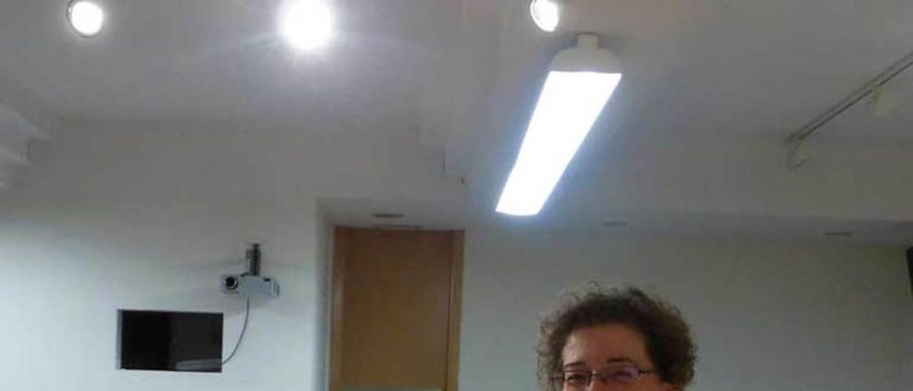 Raquel de la Peña, con el libro.