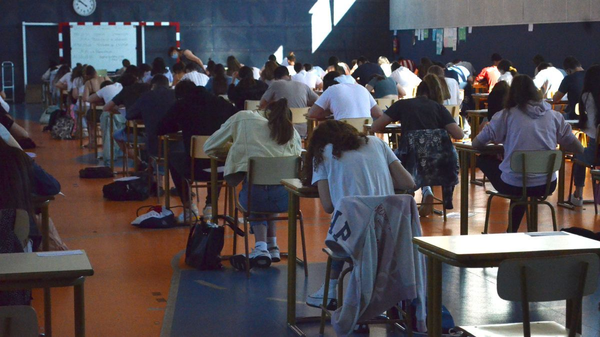 Alumnos examinándose de la EBAU en el pabellón del IES León Felipe. / E .P.