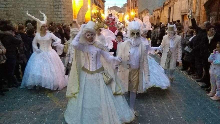 """Integrantes del grupo """"Cenicienta"""" aportan elegancia al desfile con sus disfraces y bailes."""