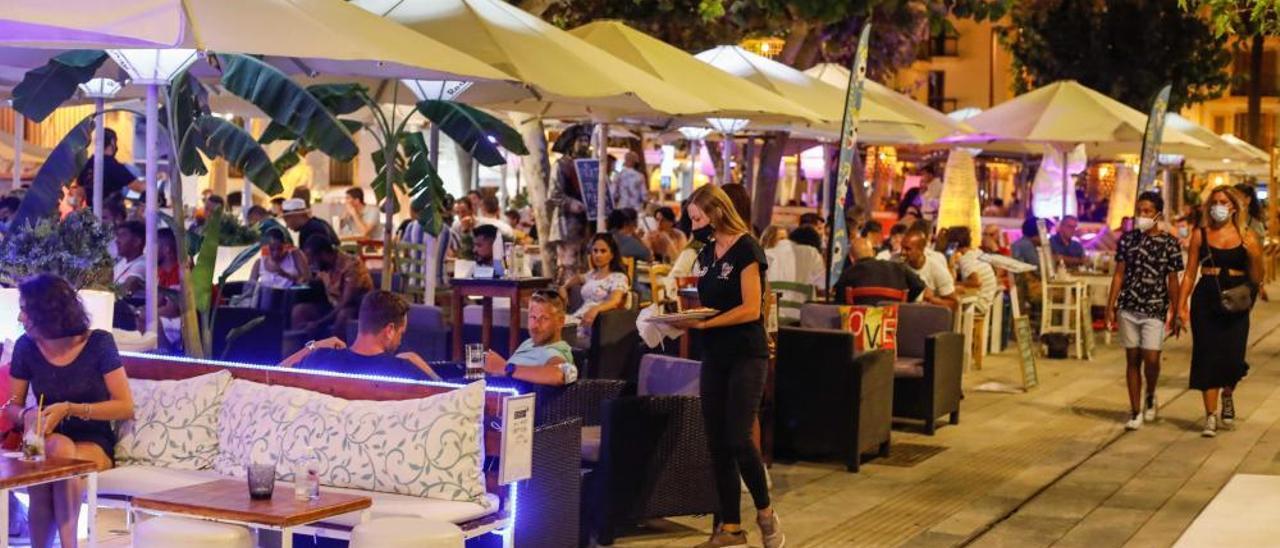 Imagen de archivo de bares en el puerto de Ibiza.