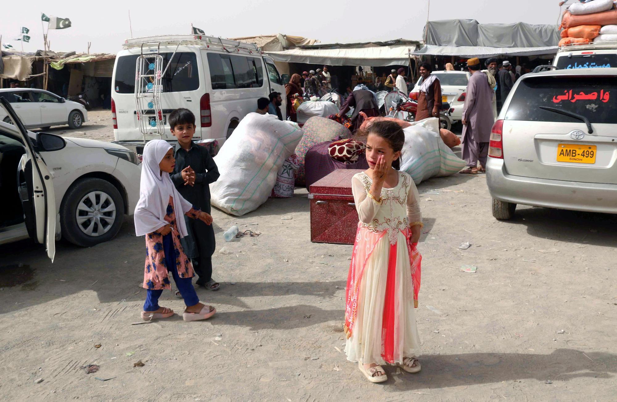Miles de personas abandonan Kabul ante la llegada de los talibanes