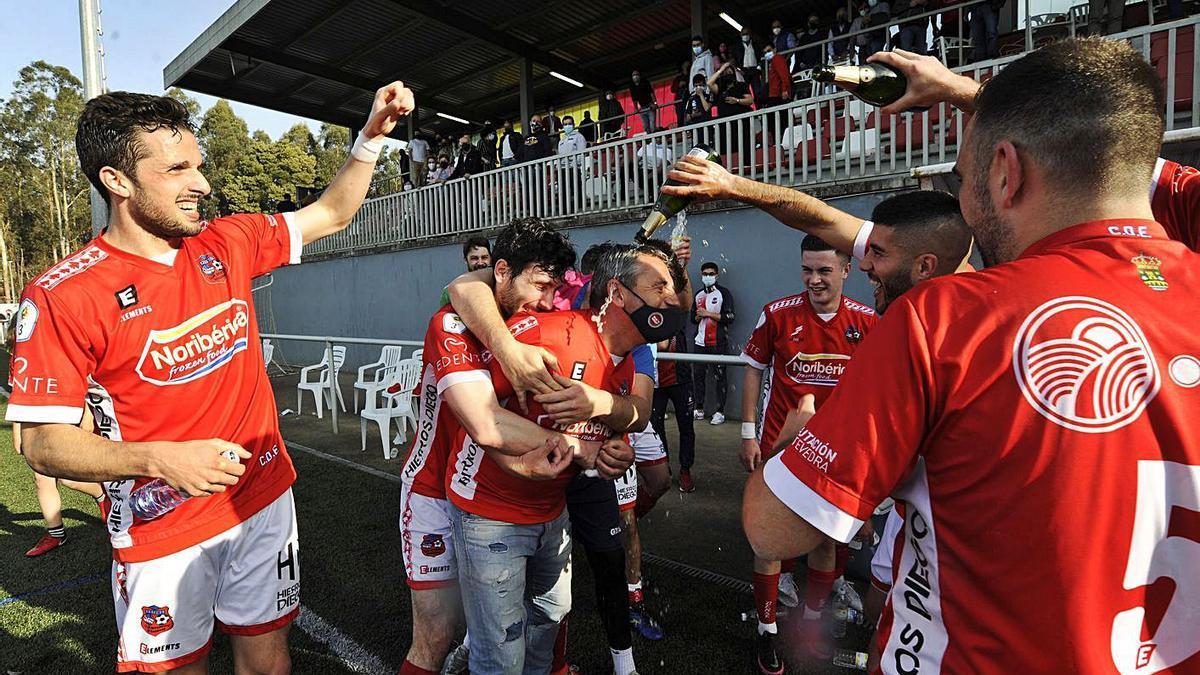 Los jugadores del Estradense bañan en champán al presidente Toño Camba. |  // BERNABÉ/JAVIER LALÍN