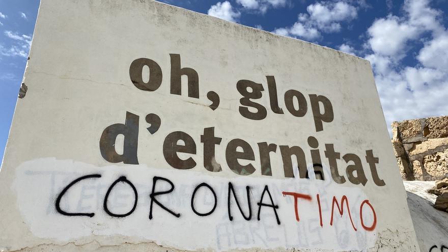 Atacan con pintadas negacionistas los búnkeres de la playa de es Trenc
