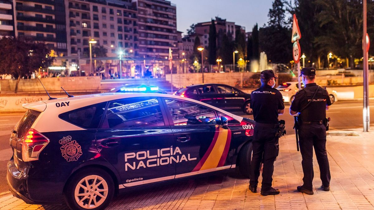 Efectivos de la Policía Nacional custodian la fuente de La Marina, vallada para evitar la celebración del ascenso del Zamora.