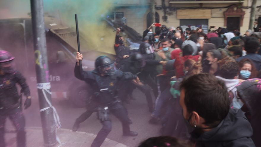 Tensió en un desallotjament al barri del Poble Sec de Barcelona