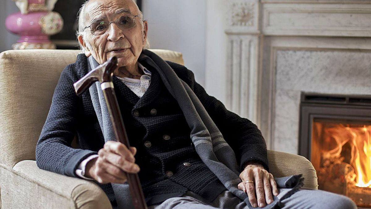 Francisco Brines at his home in Oliva, in a recent image.     FERNANDO BUSTAMANTE