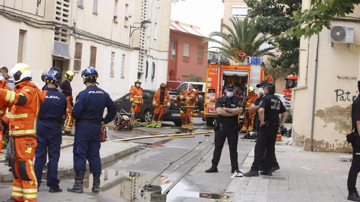 Efectius de bombers i policia al lloc de l'incendi