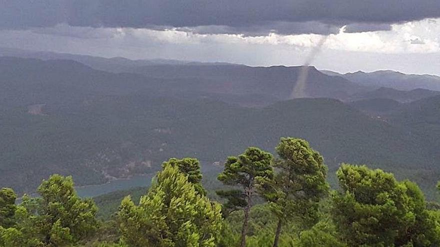 Las tormentas registradas durante el día dejan un pequeño tornado en Tuéjar