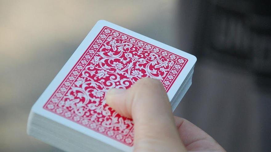 Pillados, y multados, por jugar a las cartas sin mascarilla