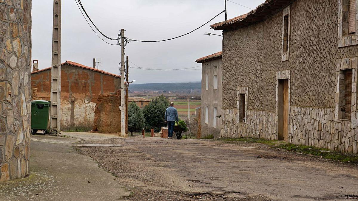 Un hombre camina por un pueblo de la provincia de Zamora.  