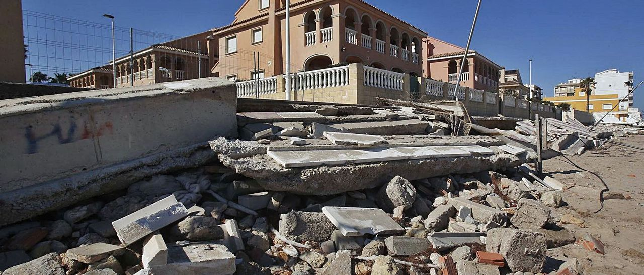 Daños causados por el temporal Gloria en la playa de El Perelló. | VICENT M. PASTOR