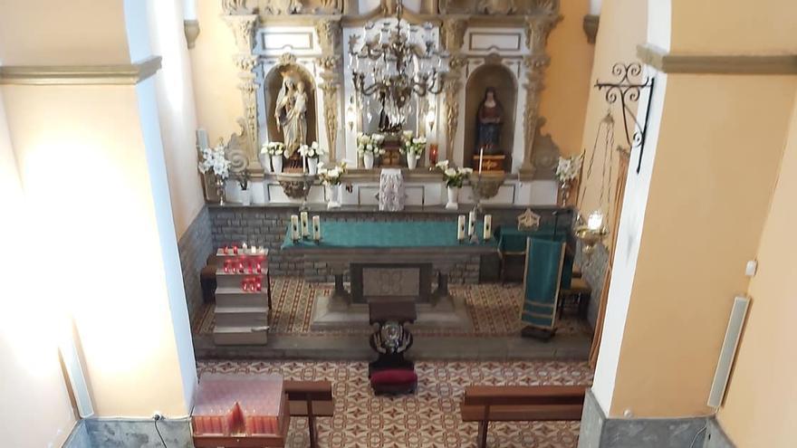 Las Adoratrices de Oviedo donan bancos de madera para la capilla de San Antoniu, en Cangas de Onís