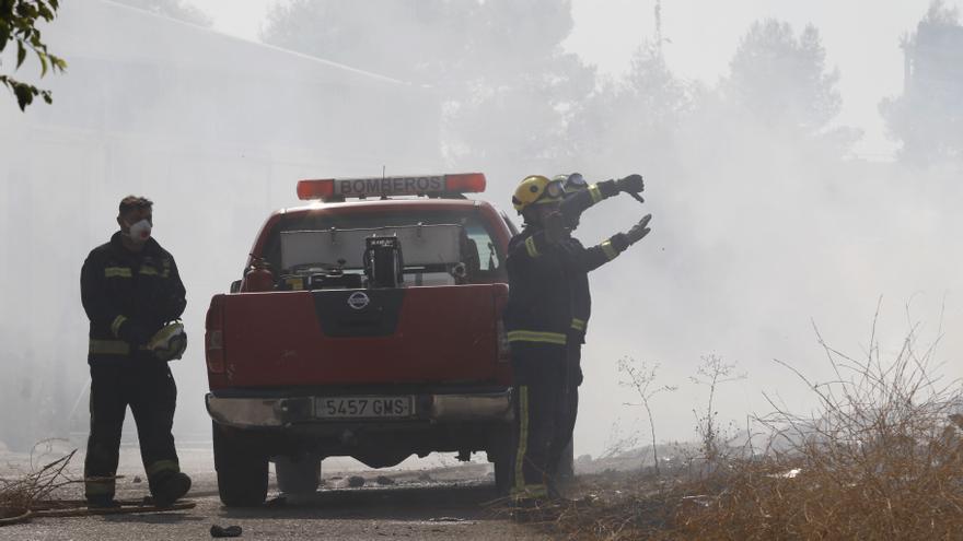 Los Bomberos sofocan un fuego de pastos y basura en El Higuerón