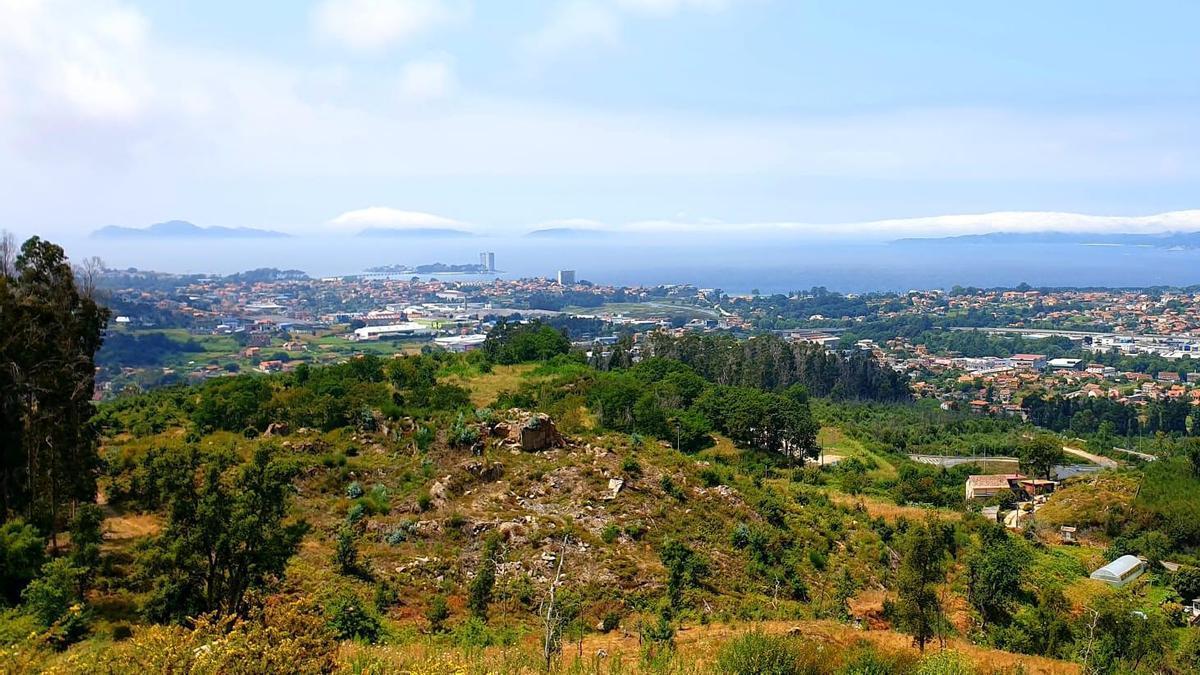 Nieblas al fondo de la ría de Vigo, sobre Cíes. Panorámica desde el parque de O Maruxento, en Matamá.