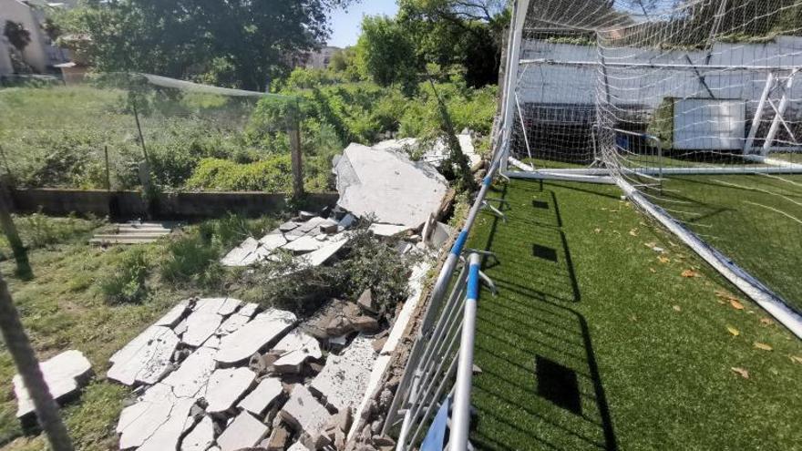 Las lluvias provocan el derrumbe de parte del muro que circunda el campo de O Morrazo