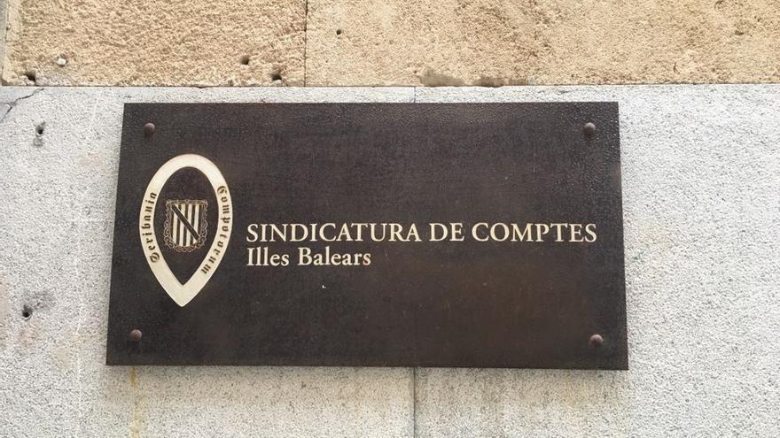 La Sindicatura recrimina el pago habitual de facturas sin contrato en los Consells