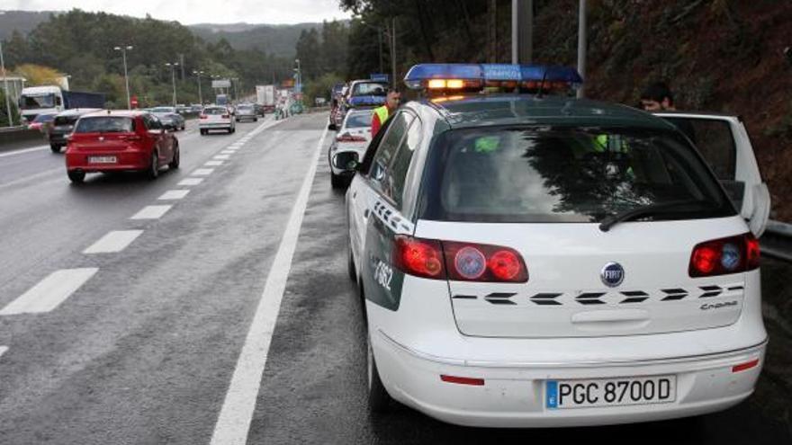 Un conductor evacuado en Porriño tras colisionar contra los guardarraíles de ambos lados de la A-55