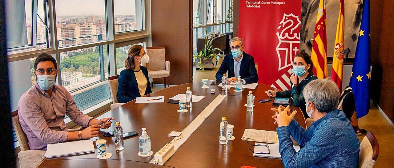 Reunión de Arcadi España con dirigentes de la CEV y del transporte de viajeros, ayer.   LEVANTE-EMV