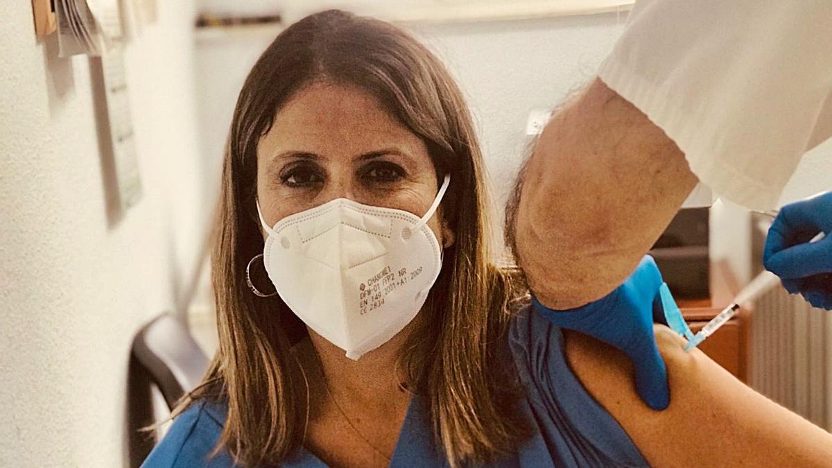 La matrona Noelia Rodríguez en el momento en el que recibió la vacuna contra el covid-19.