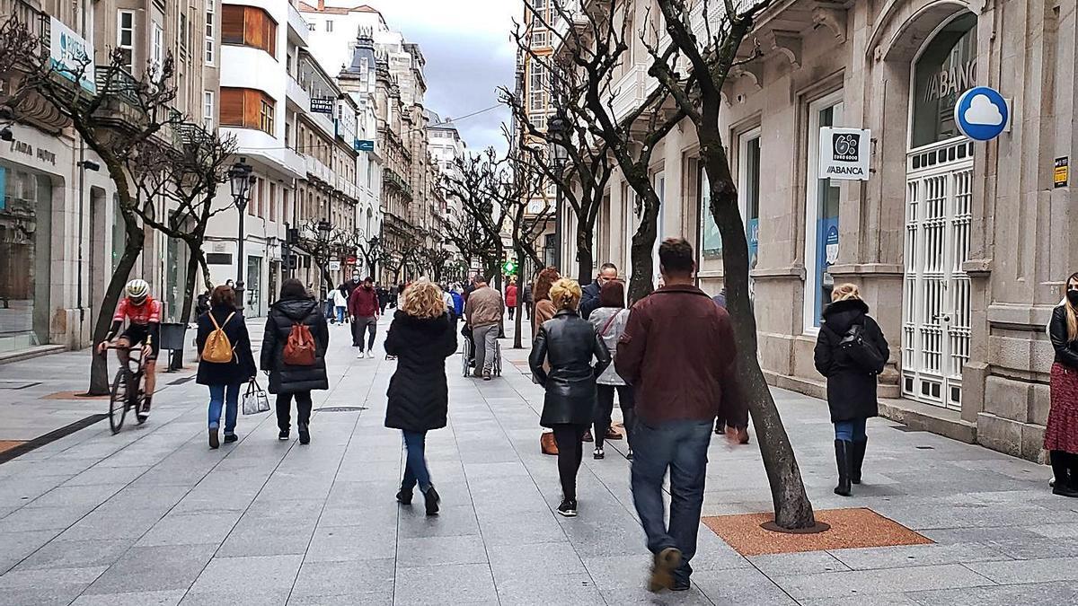 Gente caminando por la calle Paseo, en el centro de la ciudad.   | // IÑAKI OSORIO
