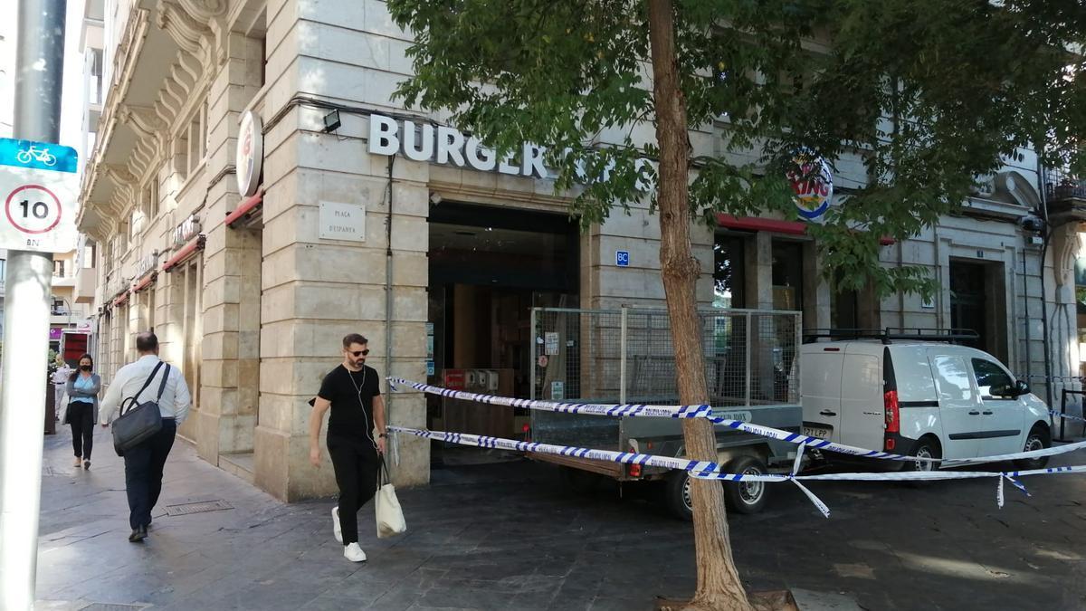 El incendio del Burger King de la Plaza de España de Palma se originó en un despacho y obligó a desalojar a los vecinos de la finca