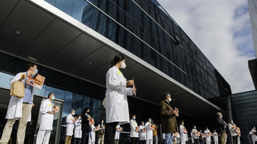 Los sanitarios manifestándose, el pasado mes de octubre, a la puerta del HUCA