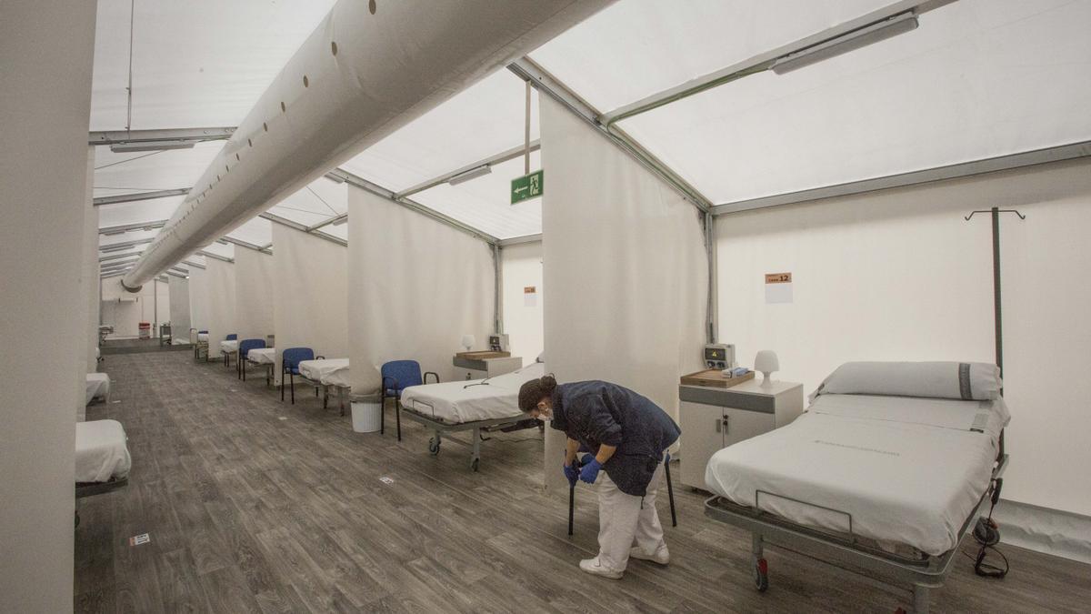 Limpieza del hospital de campaña de Alicante, donde ya no hay pacientes ingresados.