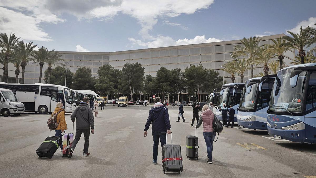 Hoy siguen las llegadas de los vuelos del turoperador TUI al aeropuerto de Palma.  | MANU MIELNIEZUK