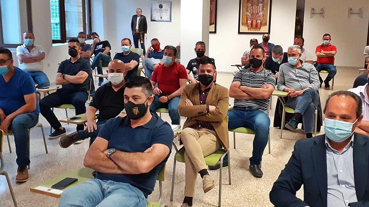 Representantes de las comisiones alcireñas en la asamblea celebrada anoche. | PASCUAL FANDOS
