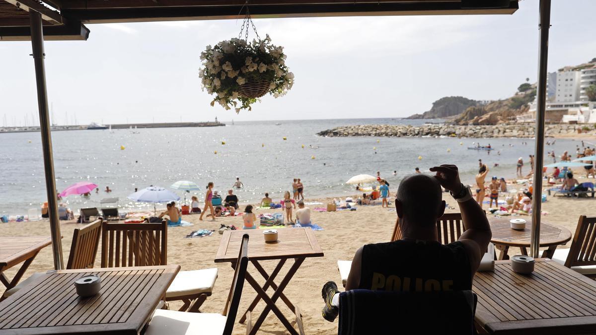 Gent parant el sol i refrescant-se a la platja de Sant Feliu de Guíxols, la setmana passada.