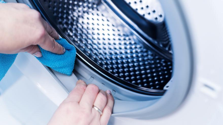 El producto que debes echar en tu lavadora para limpiarla y que te dure mucho más