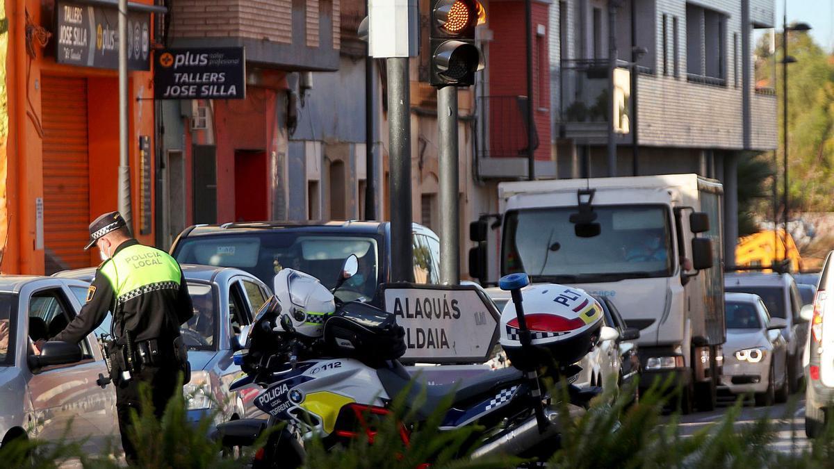 Control de la Policía Local de Paterna en la CV-371, la carretera de Manises. | A.P.