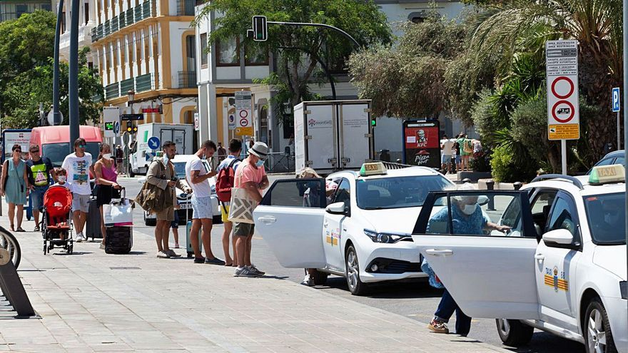 Piden una valla para ordenar las colas de los taxis del puerto de Ibiza