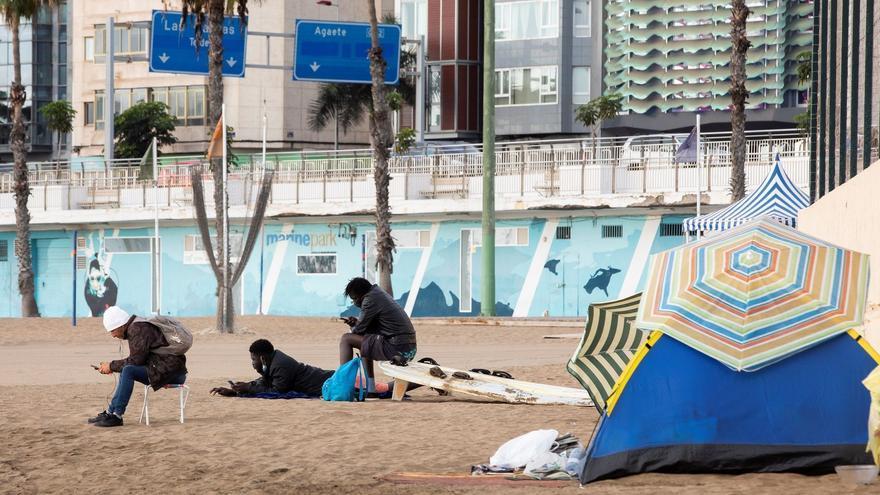 El temor a la deportación empuja a cientos de migrantes a vivir en la calle en Canarias