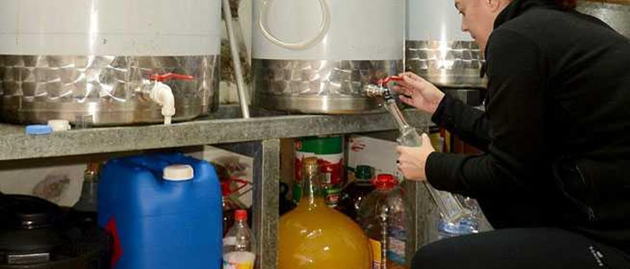 Embotellado de una muestra de licor de miel.