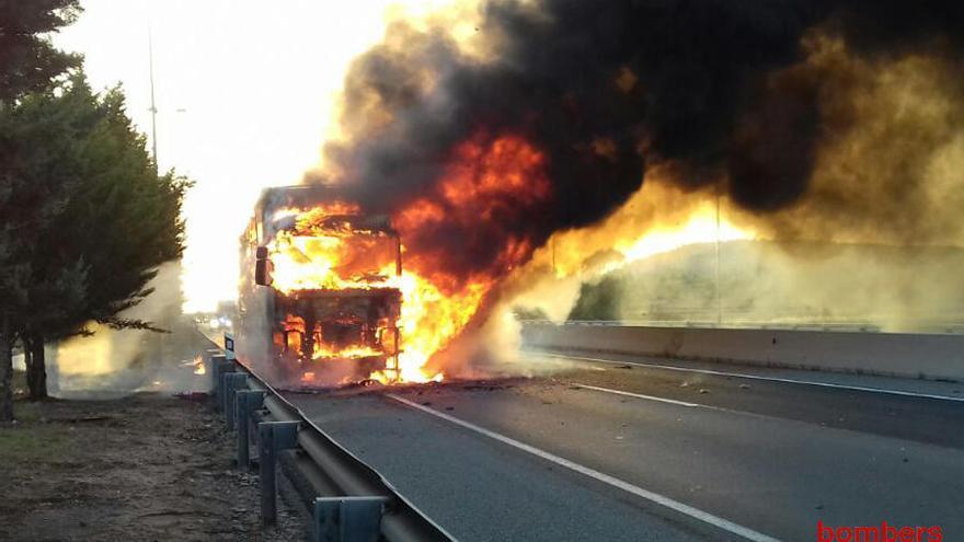 Un tràiler s'incendia a l'A-2 a Jorba i obliga a tallar la via més de 10 hores
