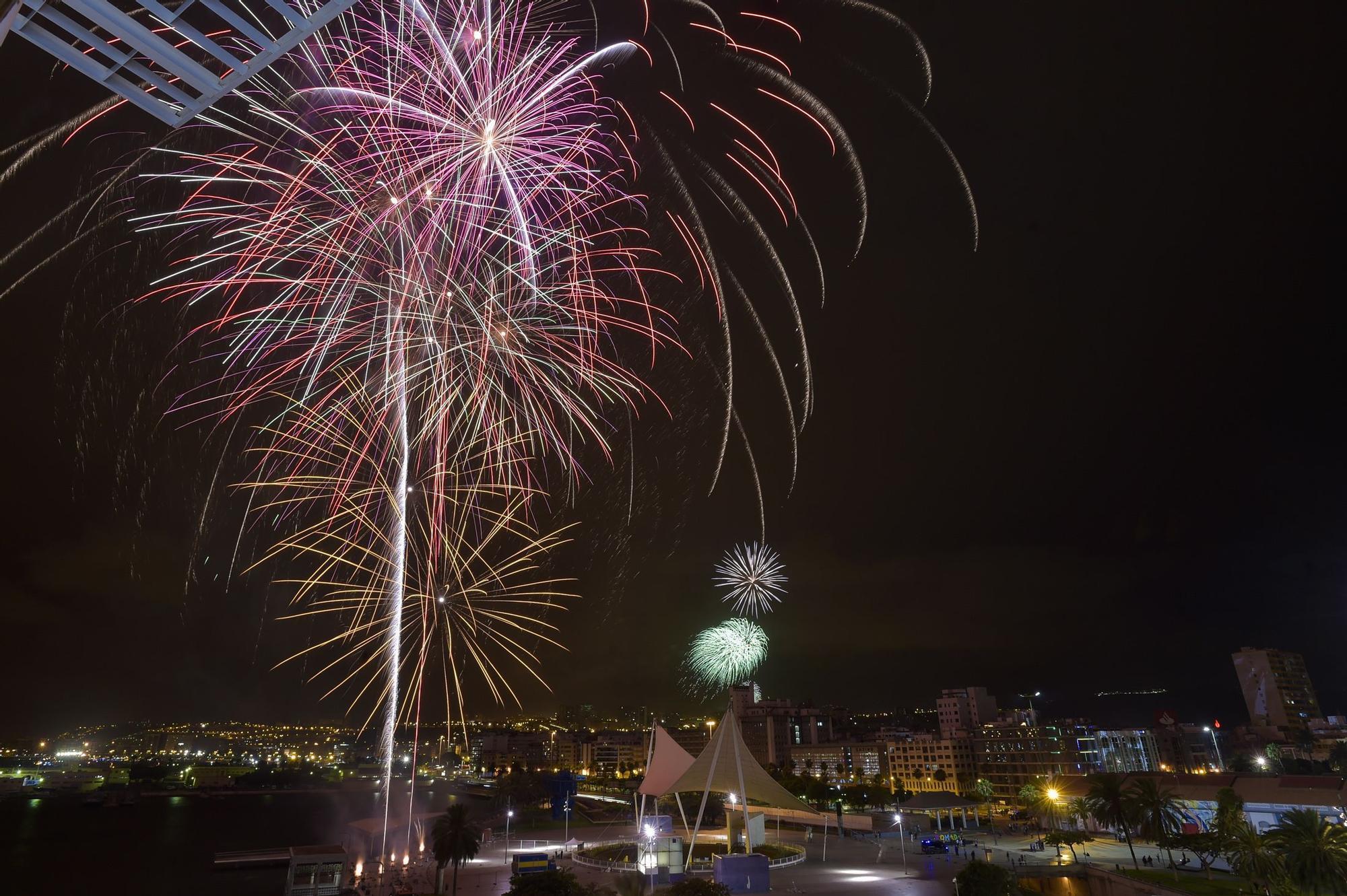 Los fuegos iluminan la ciudad en una fiesta con distancias en Las Canteras