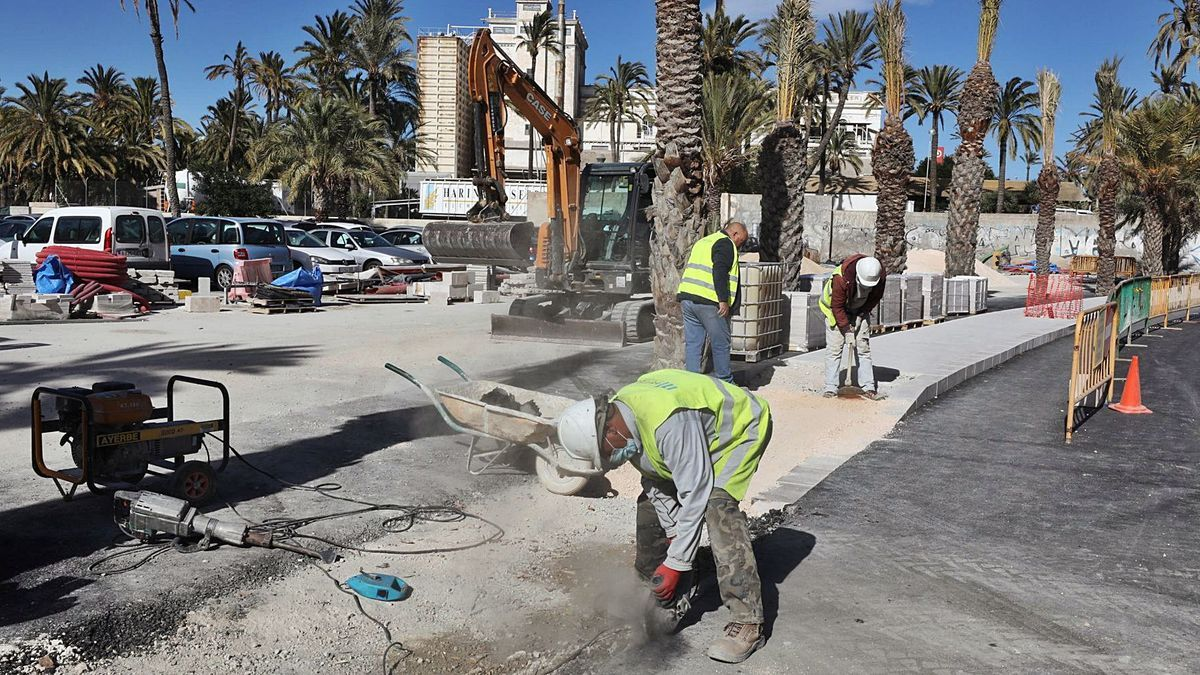 The Virgen de la Cabeza street is still under construction to have the sidewalk next to the orchard finished.
