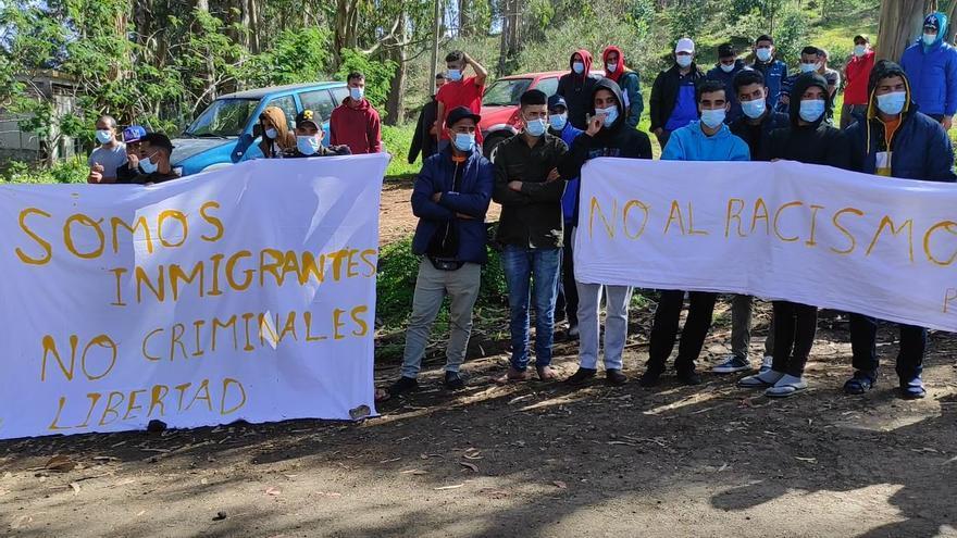 Protesta de los inmigrantes en el exterior del Campamento de Las Raíces