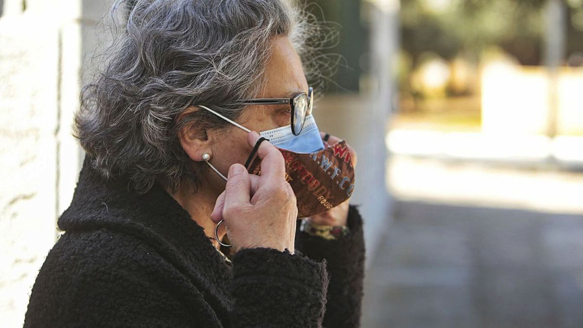 Los expertos desaconsejan el uso de doble mascarilla, una medida que ha impuesto EE UU.