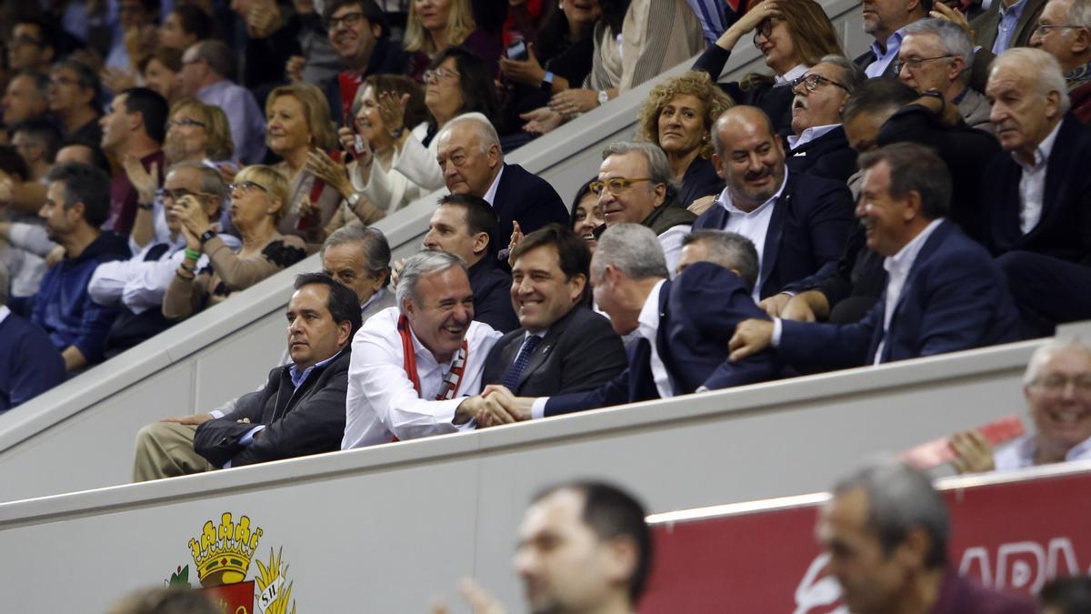 Jorge Azcón, en el palco del Príncipe Felipe en un partido del Casademont de diciembre del 2019