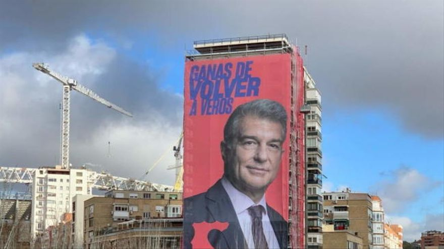 Laporta cuelga una pancarta gigante junto al Bernabéu