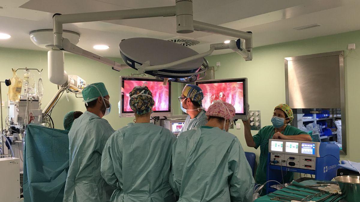 Un quirófano durante una intervención quirúrgica.